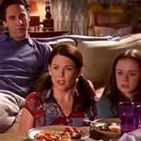 Lorelai, Rory y Max viendo pelis malas en TV